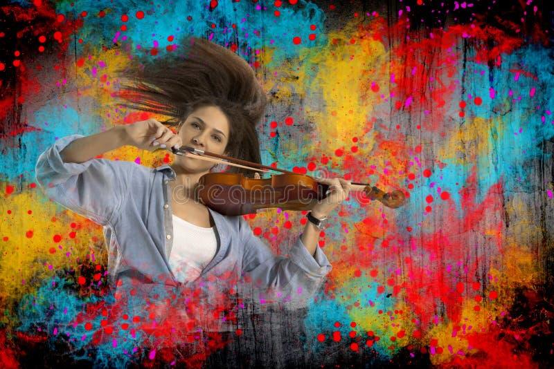 Mulher que joga o violino imagem de stock
