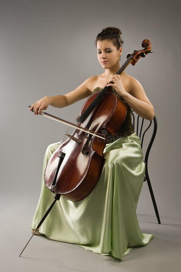 Mulher que joga o violoncelo foto de stock
