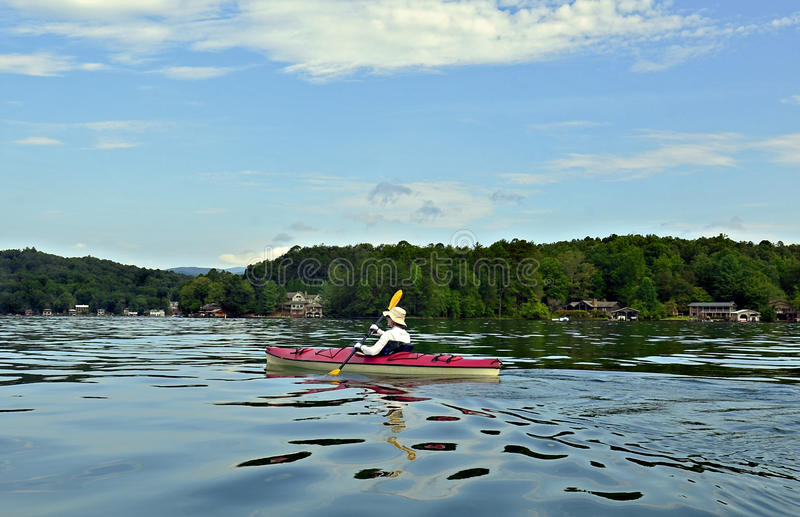 Mulher que Kayaking fotografia de stock royalty free
