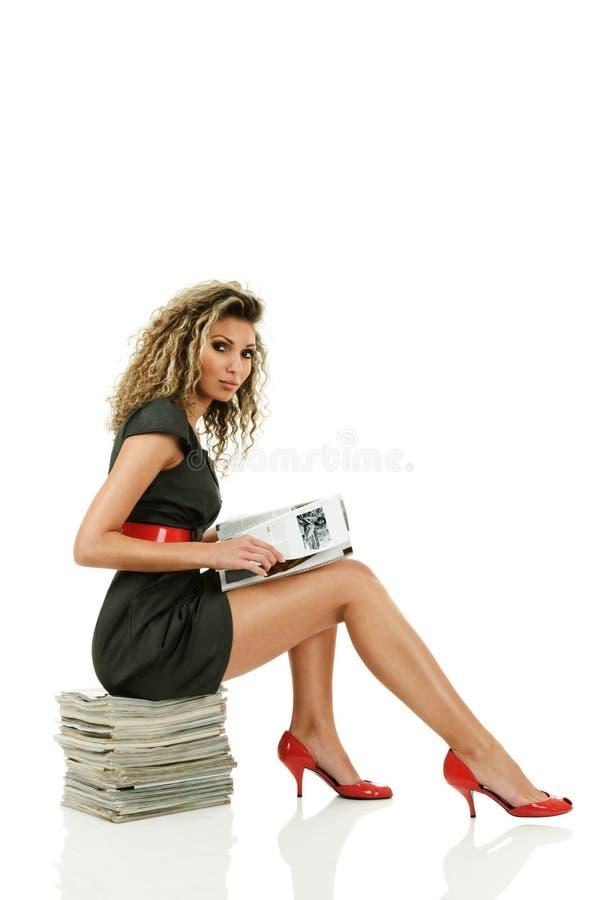 Mulher que lê compartimentos lustrosos imagem de stock