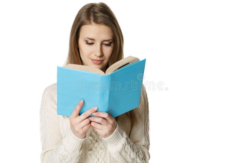 Mulher que lê o livro imagem de stock royalty free