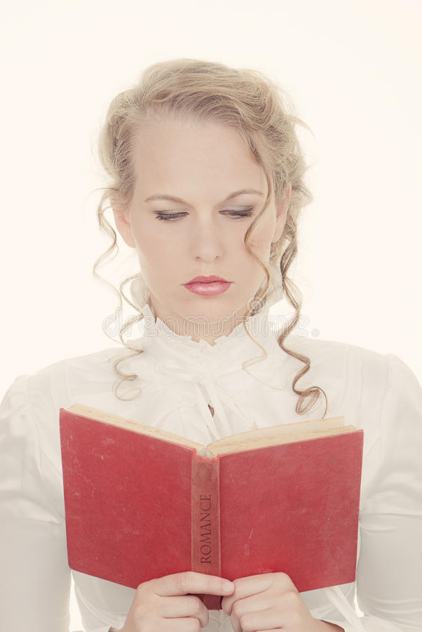 Mulher que lê o livro romântico fotos de stock