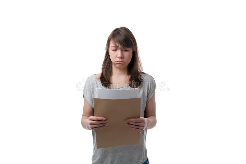 Mulher que lê uma letra triste imagem de stock royalty free