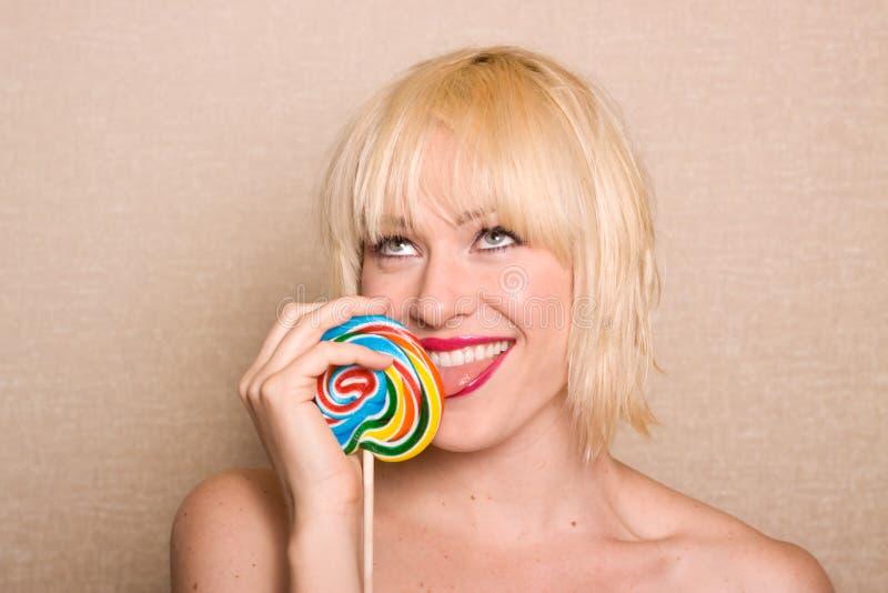 Mulher que lambe o lollipop imagens de stock royalty free
