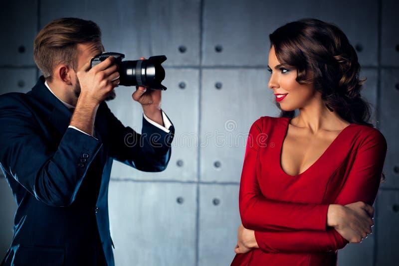 Mulher que levanta ao fotógrafo imagens de stock royalty free