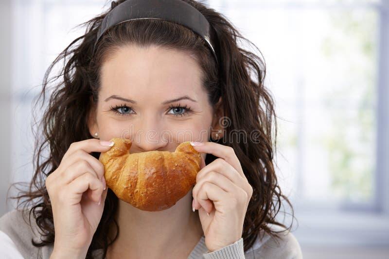 Mulher que levanta com croissant imagem de stock