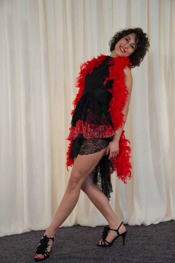 Mulher que levanta com traje da dança, com a boa de pena vermelha imagens de stock royalty free
