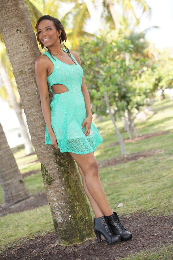 Mulher que levanta em um ajuste de Miami foto de stock royalty free
