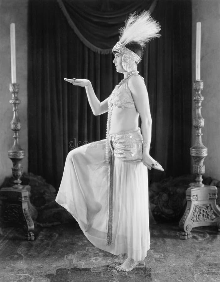 Mulher que levanta em um vestido exótico (todas as pessoas descritas não são umas vivas mais longo e nenhuma propriedade existe G imagens de stock