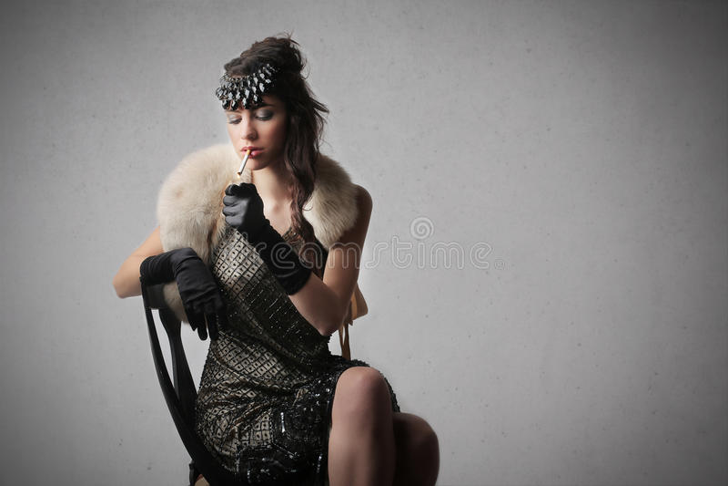 Mulher que levanta em uma cadeira fotografia de stock royalty free