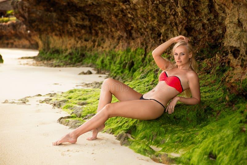 Mulher que levanta na praia branca da areia do ` s de Zanzibar fotos de stock