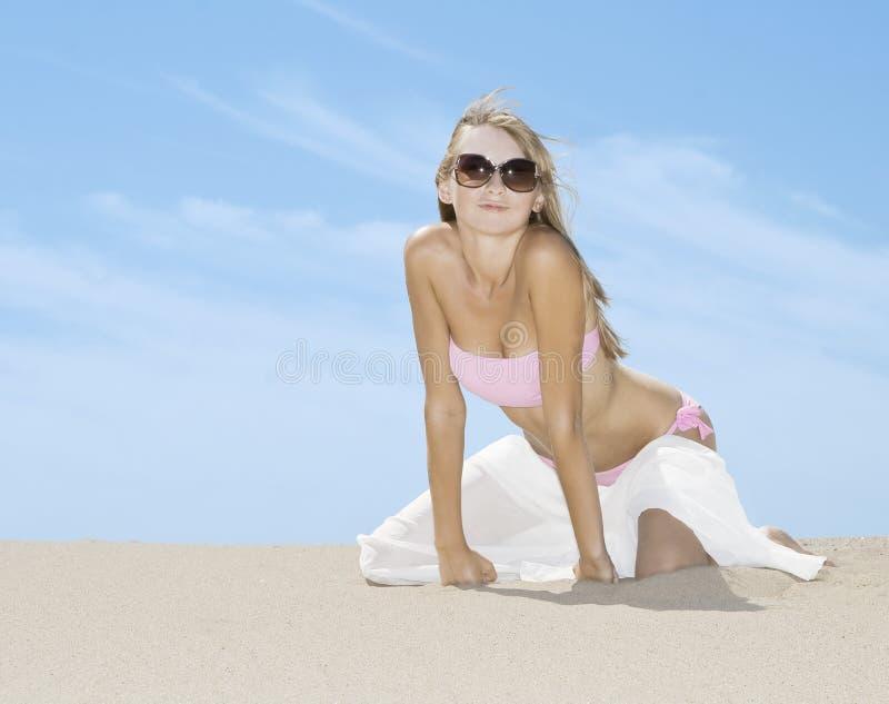 Mulher que levanta na praia com lenço branco imagem de stock royalty free