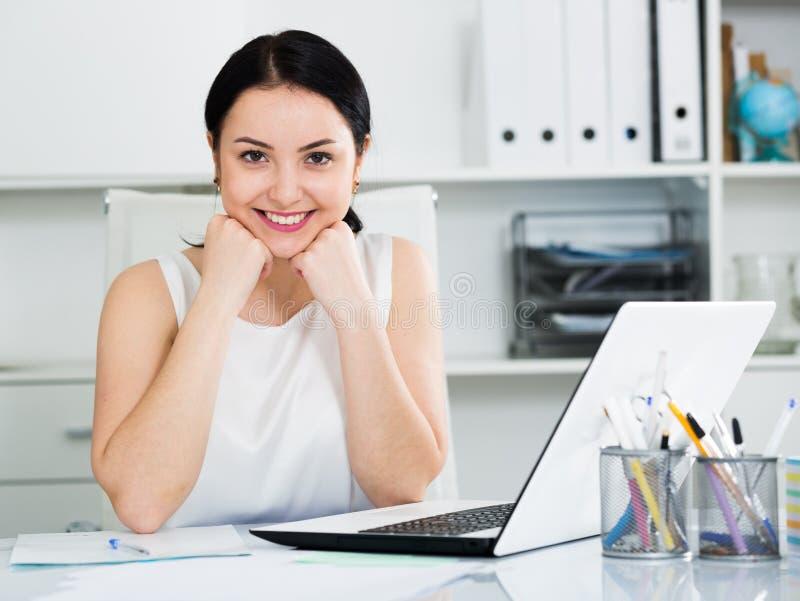 Mulher que levanta no escritório imagens de stock royalty free