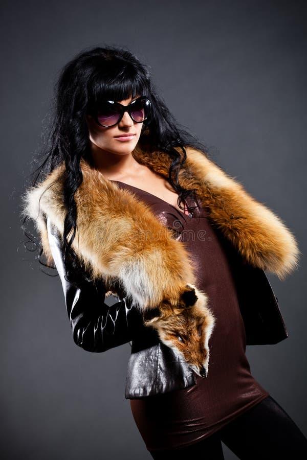 Mulher que levanta no revestimento de couro fotos de stock royalty free