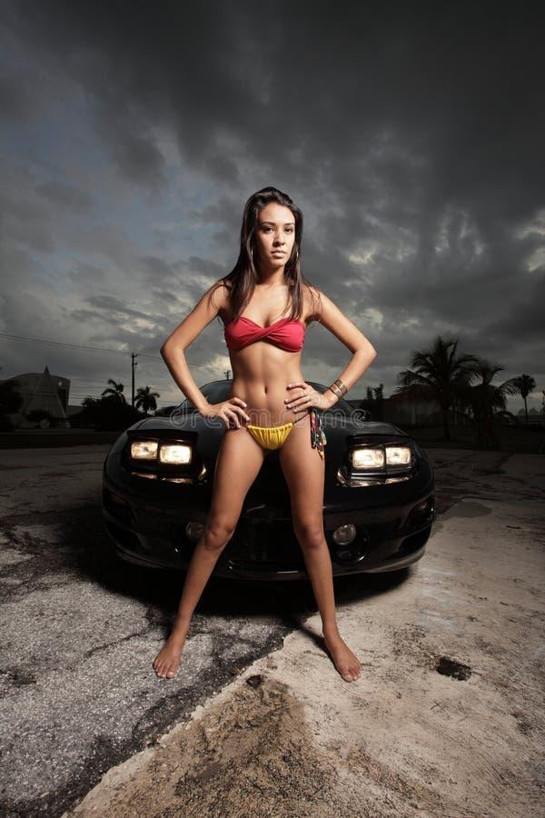 Mulher que levanta por um carro fotos de stock royalty free