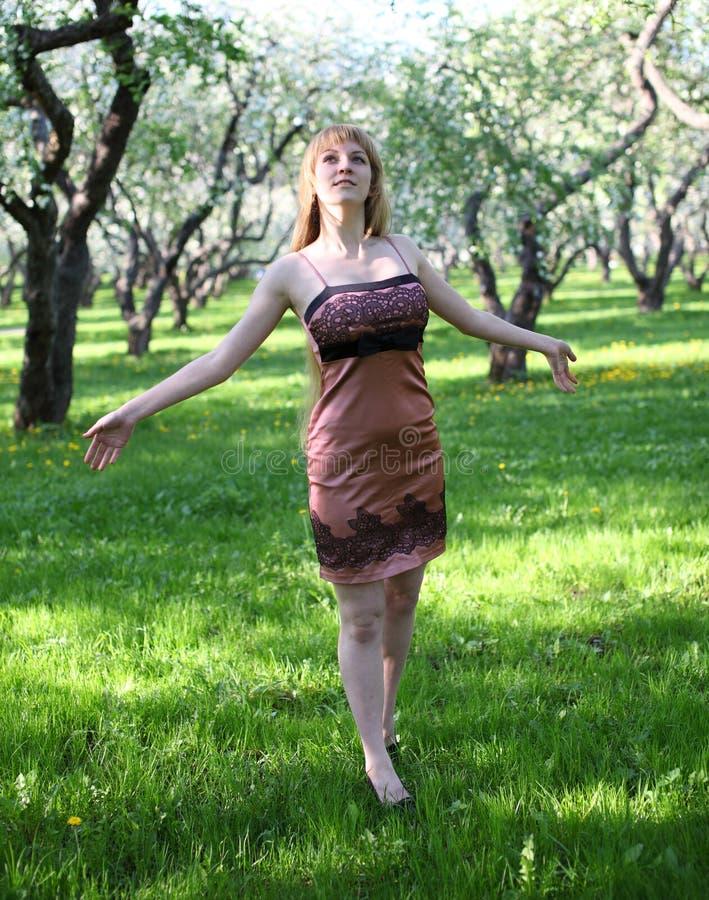 Mulher que levanta seus braços foto de stock