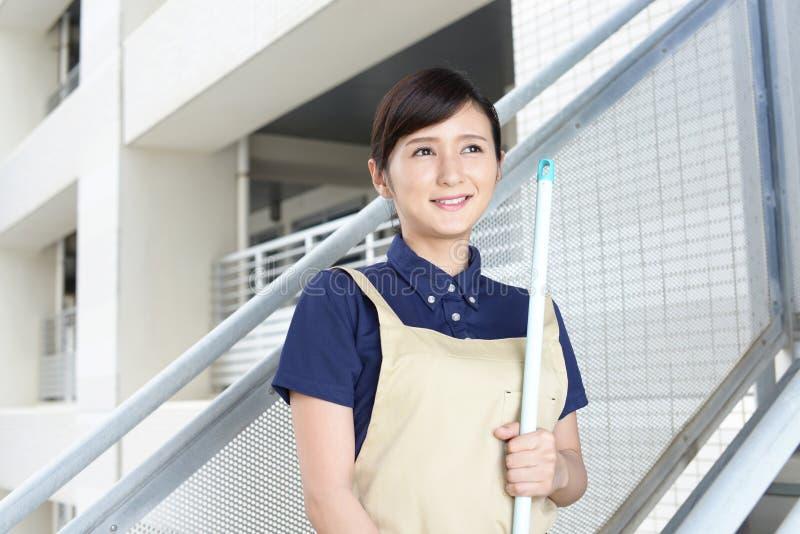 Mulher que limpa a casa foto de stock