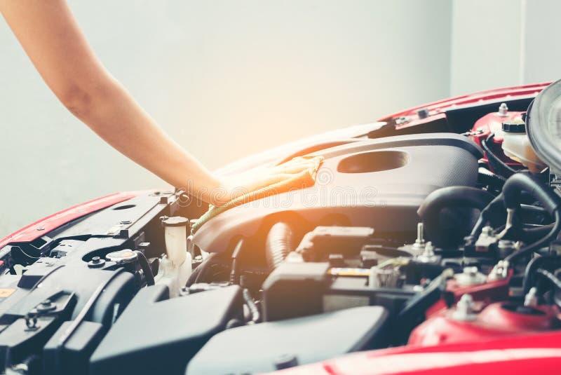 Mulher que limpa o motor de automóveis para o veículo novo, série de detalhe do carro: fotos de stock