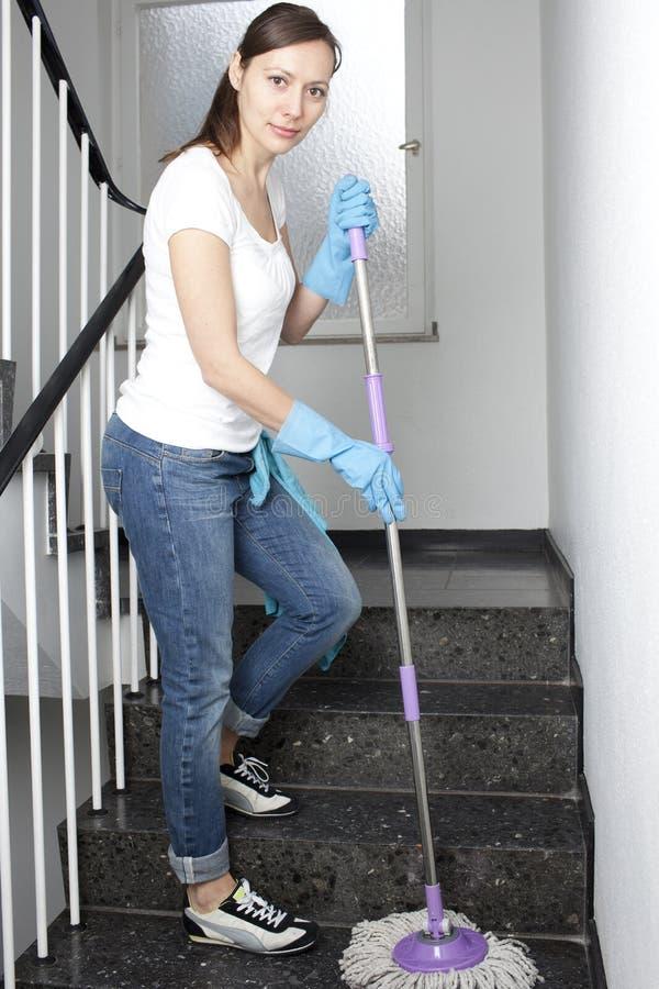 Mulher que limpa o salão fotografia de stock royalty free