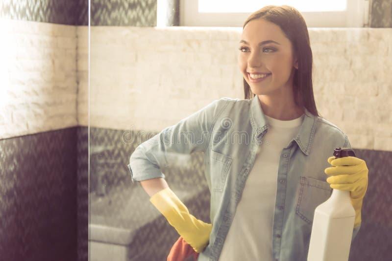 Download Mulher Que Limpa Seu Banheiro Imagem de Stock - Imagem de luvas, housework: 80100311