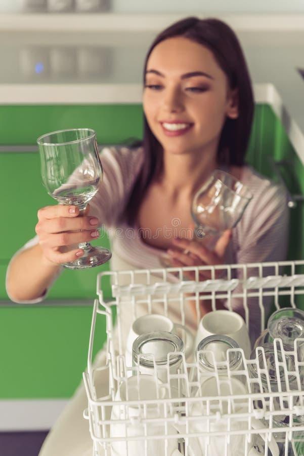 Download Mulher Que Limpa Sua Cozinha Imagem de Stock - Imagem de adulto, indoor: 80100071