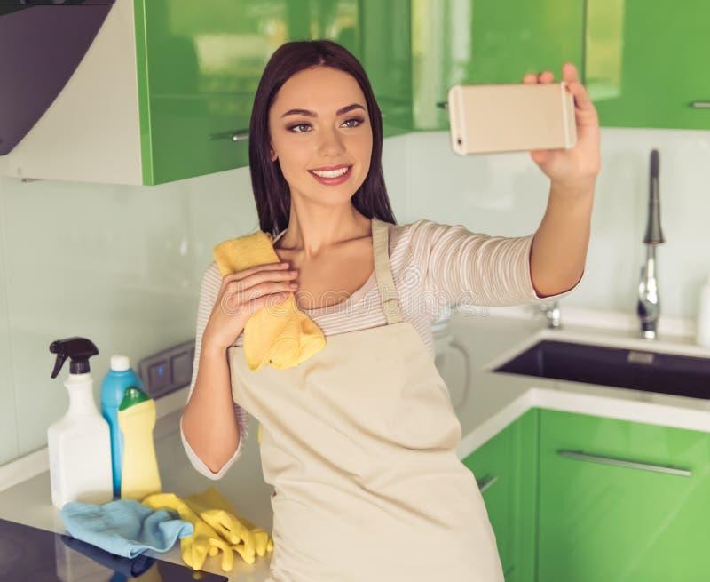 Download Mulher Que Limpa Sua Cozinha Imagem de Stock - Imagem de lifestyle, caucasiano: 80100369
