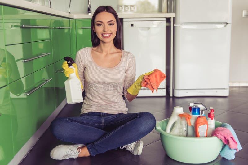 Download Mulher Que Limpa Sua Cozinha Imagem de Stock - Imagem de lifestyle, menina: 80100407