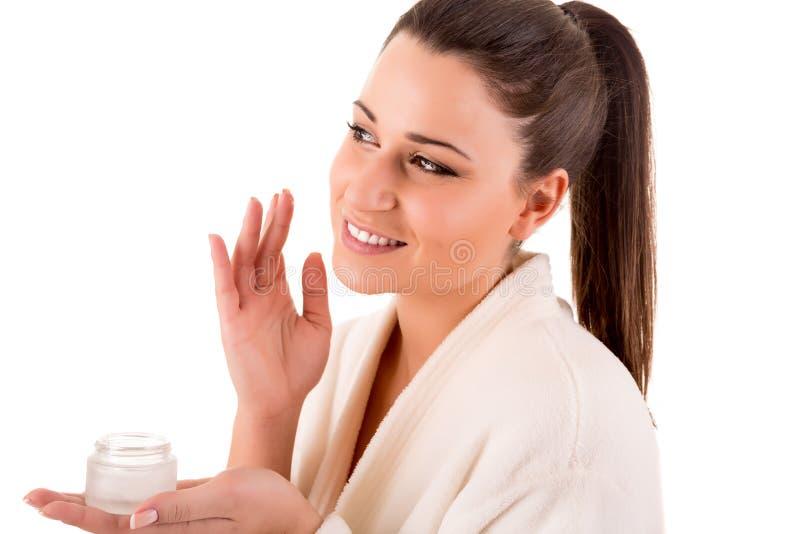 Mulher que limpa sua pele imagens de stock