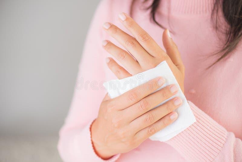 Mulher que limpa suas mãos com um tecido imagens de stock royalty free