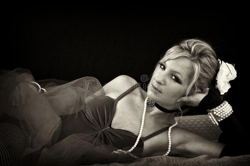 Mulher que lounging no sepia foto de stock royalty free