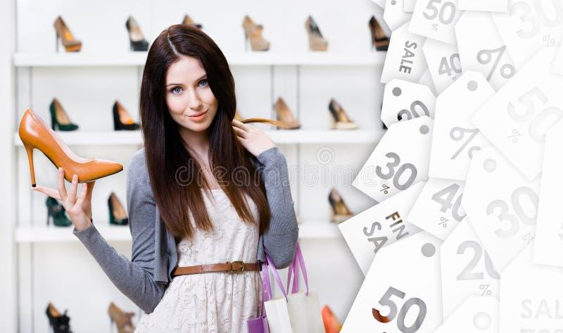 Mulher que mantém a bomba à moda na venda sazonal imagem de stock royalty free