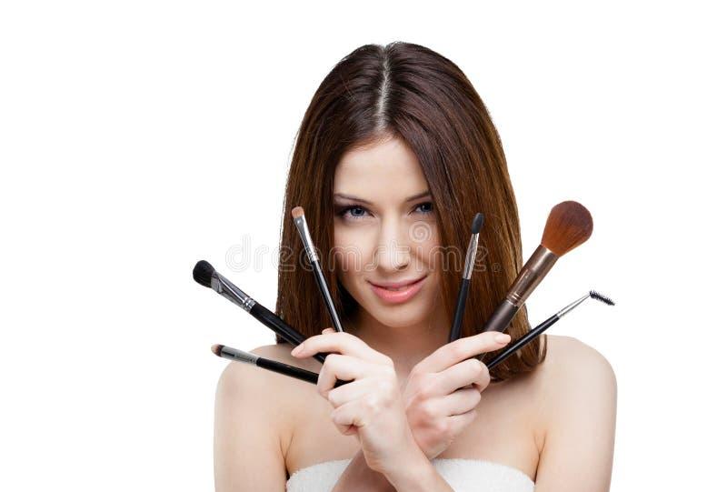 Mulher que mantém um grupo de escovas cosméticas imagens de stock