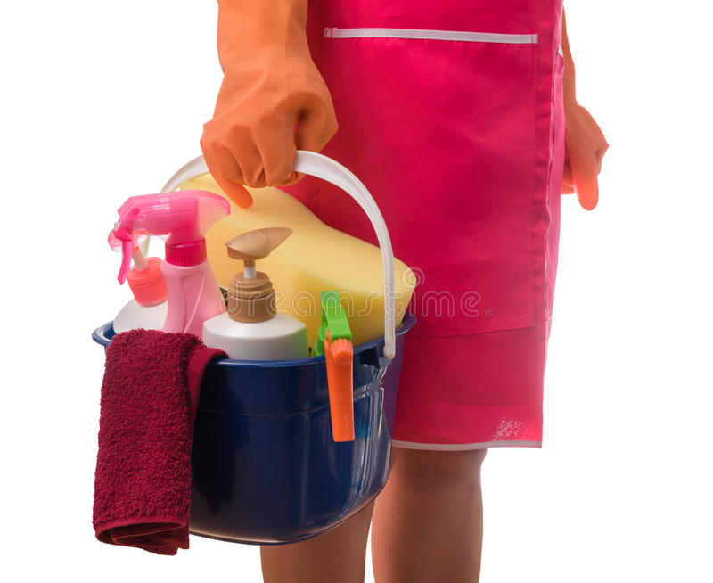 Mulher que mantém uma cubeta completa das fontes de limpeza isoladas no whi fotografia de stock