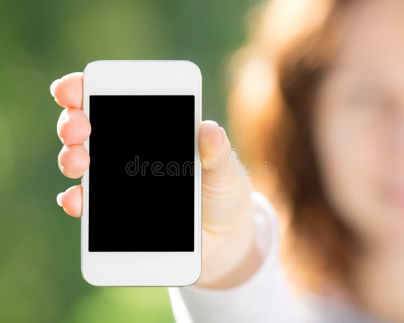 Mulher que guardara o telefone esperto fotografia de stock