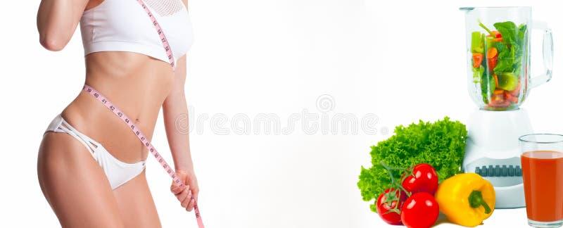 Mulher que mede seu corpo com uma medida da fita Conceito da dieta, legumes frescos imagem de stock