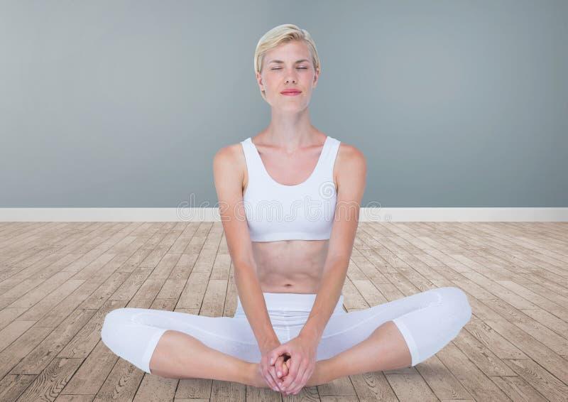 Mulher que medita a ioga calma na sala foto de stock