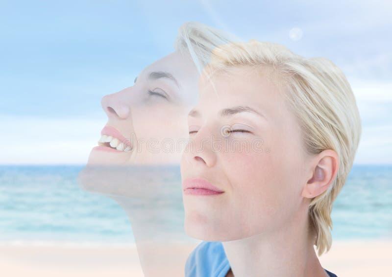 Mulher que medita o peacfeul feliz pelo mar fotos de stock royalty free