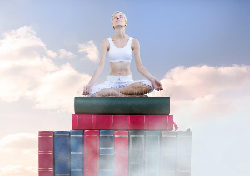 Mulher que medita o relaxamento nos livros empilhados pelo céu fotos de stock royalty free