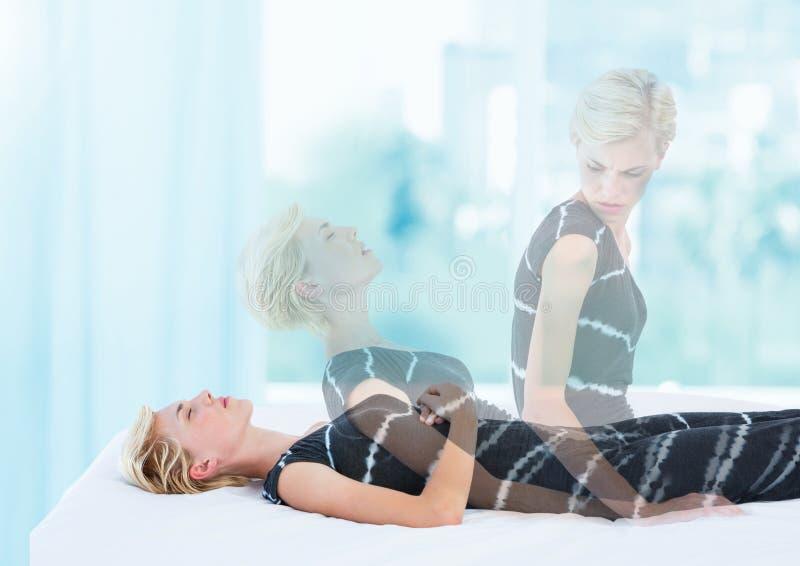 Mulher que medita a projeção astral fora da experiência do corpo pela janela foto de stock