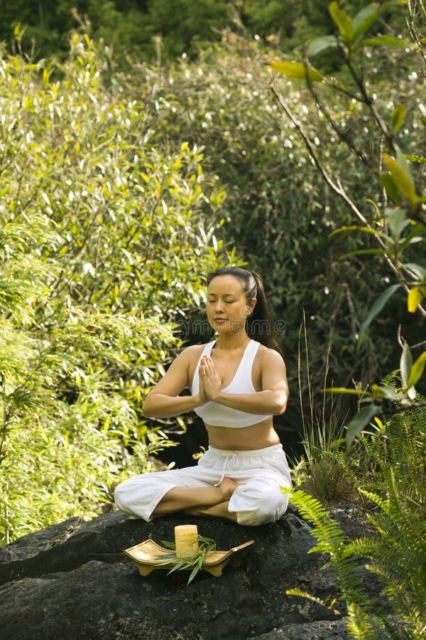 Mulher que meditating. imagem de stock