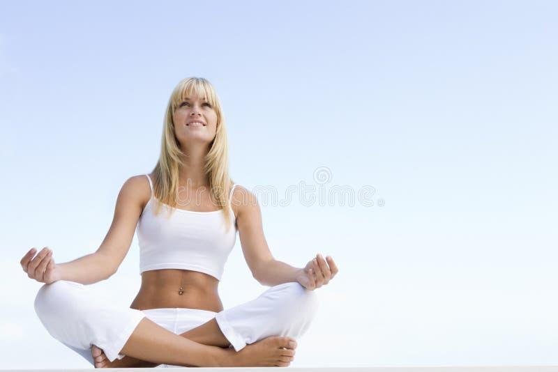 Mulher que meditating fora fotos de stock royalty free