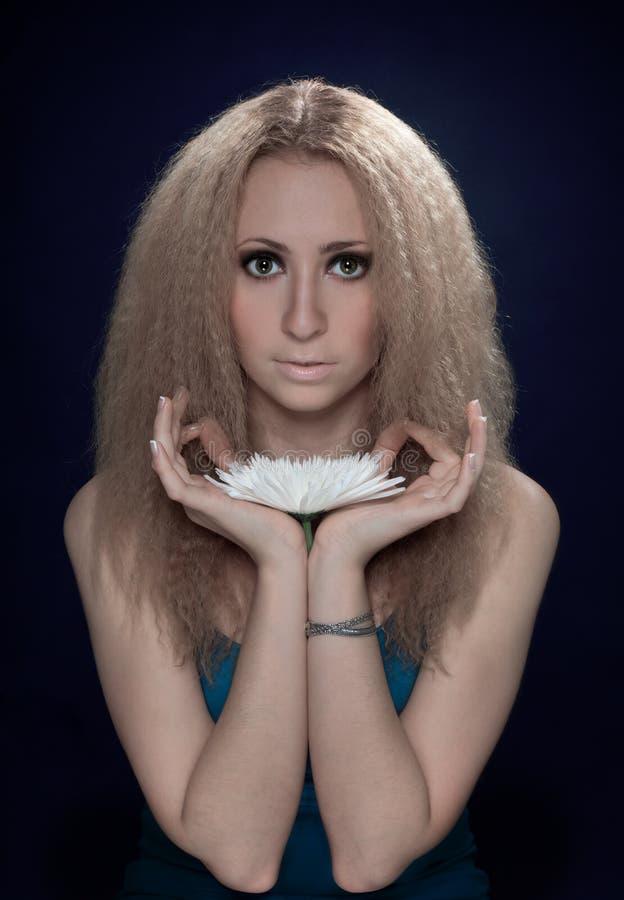 Mulher que meditating prendendo a flor branca grande fotos de stock