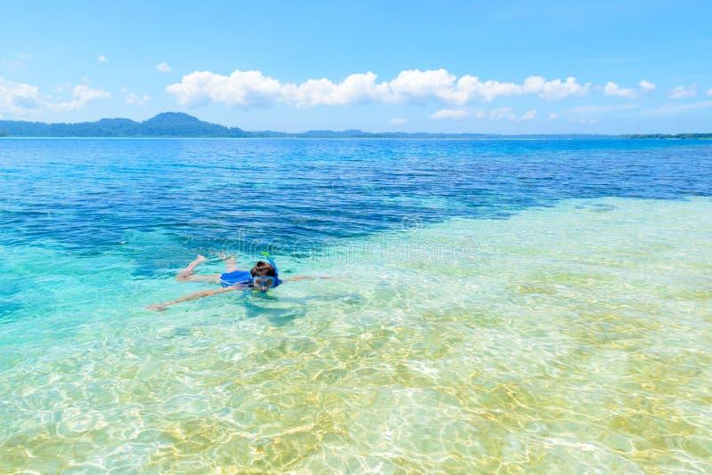 Mulher que mergulha no mar das caraíbas, água azul de turquesa, ilha tropical Ilhas Sumatra de Indon?sia Banyak, curso de mergulh fotos de stock