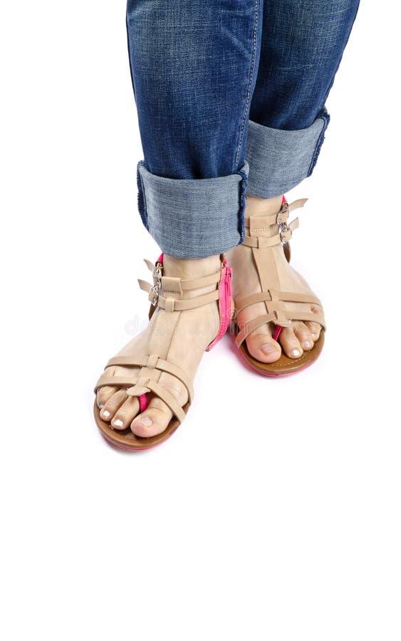 Mulher que modela sandálias do verão fotos de stock