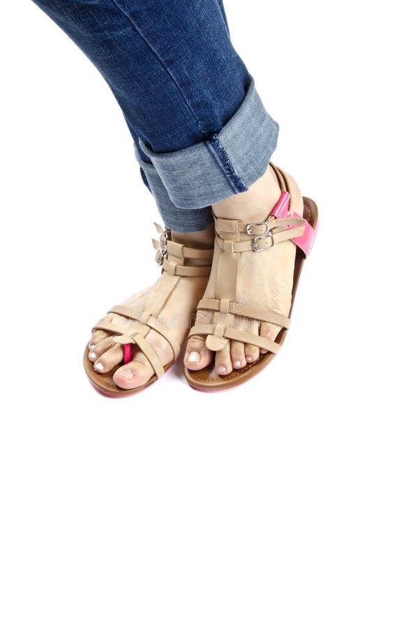 Mulher que modela sandálias do verão imagens de stock royalty free