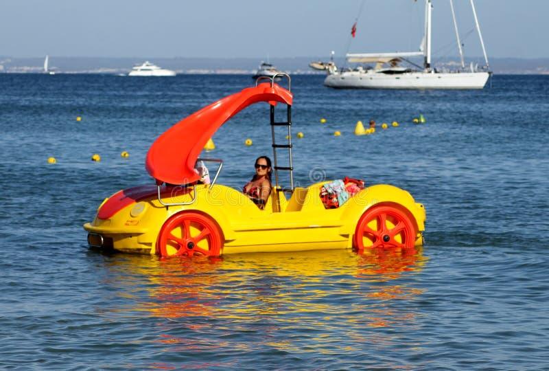 Mulher que monta um barco de prazer fotografia de stock