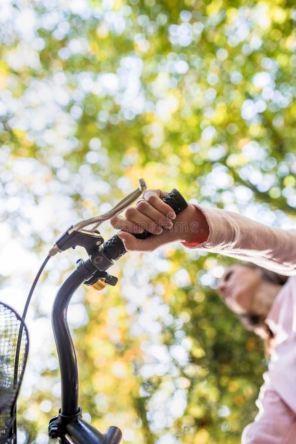 Mulher que monta uma bicicleta foto de stock