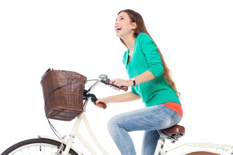 Mulher que monta uma bicicleta imagens de stock