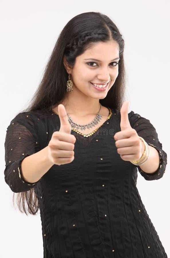 Mulher que mostra dois polegares foto de stock royalty free