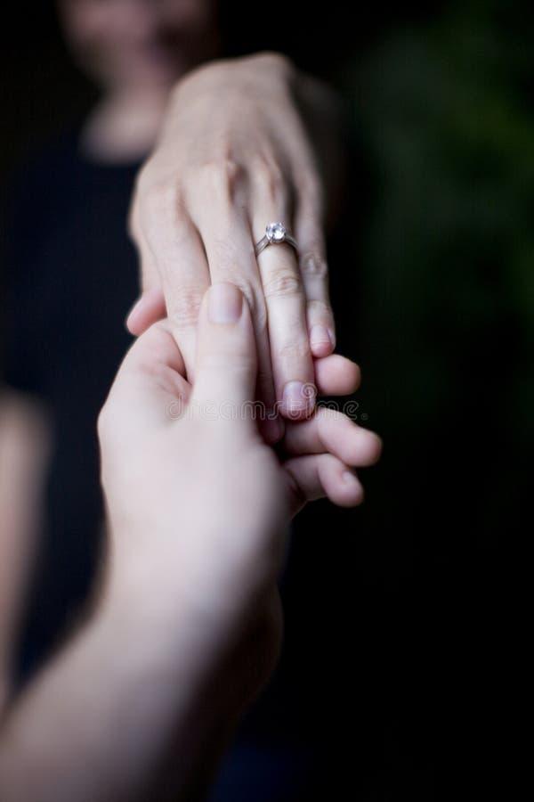 Mulher Que Mostra A Aliança De Casamento Imagens De Stock